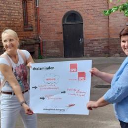 #bildung - präsentiert von Susanne Borchert (l.) und Nicole Christoph (r.) auf dem Pausenhof der Grundschule Karlstraße.