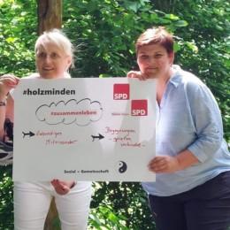 """""""Spielen verbindet"""" - Susanne Borchert (l.) und Nicole Christoph (r.) weisen am Naschgarten auf die Wichtigkeit von Spielplätzen als Orte der Begegnung hin."""