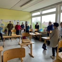 Vertreter*innen der Grundschule Neuhaus und Politiker*innen des SPD im Gespräch